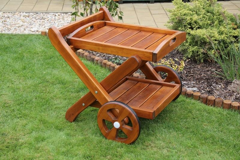 Zahradní dřevěný barový stolek s povrchovou úpravou
